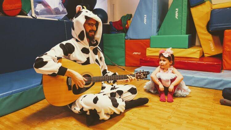 ילדה ופרה מנגנת בניו יורק