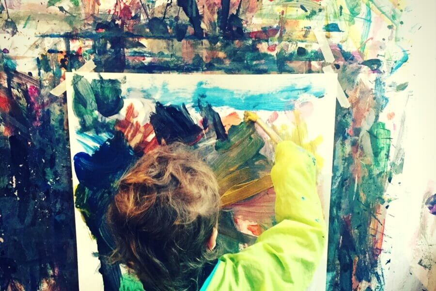 ילד מצייר בפארק סלופ. באמאשלי