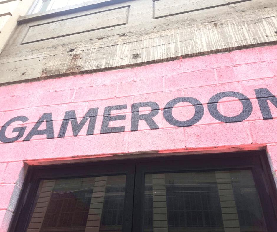 חדר משחקים בברוקלין, לגדולים